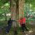 """Bäume umarmen . Am Roßberg, Rhön (Foto: Andreas Kuhrt) . Fotowettbewerb """"Mensch. Natur. Einklang"""" Biosphärenreservat Rhön . 2021"""