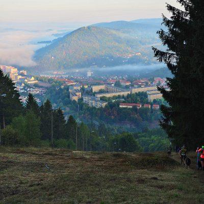 Blick vom Skihang Döllberg nach Suhl mit Domberg . Südthüringentrail 2018 (Foto: Andreas Kuhrt)