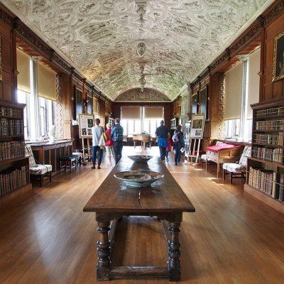 Bibliothek in der Galerie . Lanhydrock House . Cornwall . Südengland (Foto: Andreas Kuhrt 2016)